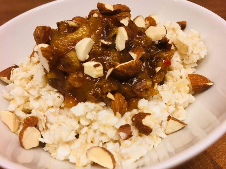 Ayurvedisches Reisflocken Müsli mit Apfelsauce und Mandeln