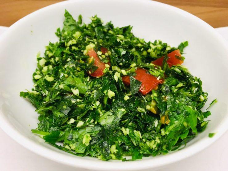 Gotu Kola Sambol: Kräuter-Salat mit Chilis, Zwiebeln, Tomaten und Limettensaft
