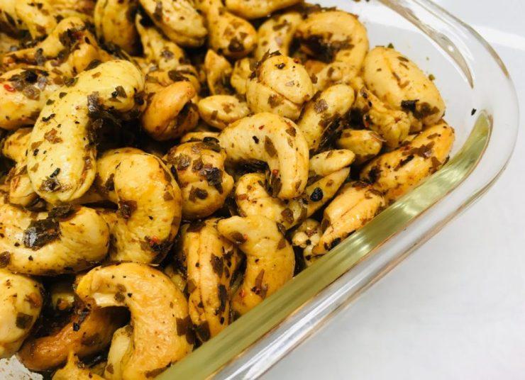 Devilled Cashews: Cashewkerne mit Curryblättern und Chili