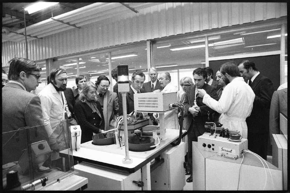 Usine YEMA _ Equipement Sormel au premier plan. L'usine YEMA se visite ! B. Faille - L'EST républicain N°926 Février 1978
