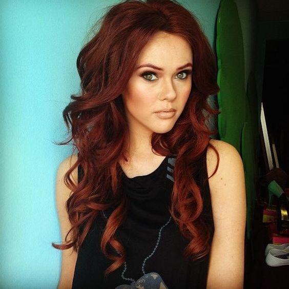 Couleur rouge sur cheveux long