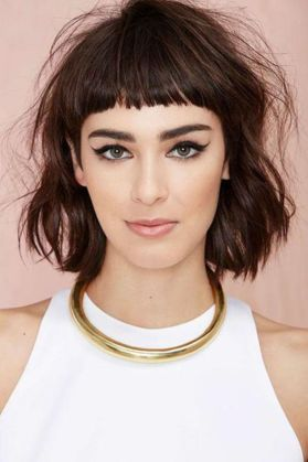 Couper votre frange en stylisant vos cheveux, osez la porter