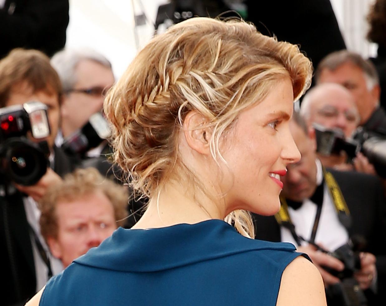 """Alice Taglioni (bracelets et bague Montblanc modèle Princesse Grace de Monaco en or rose et diamants) - Montée des marches du film """"La Tête Haute"""" pour l'ouverture du 68 ème Festival du film de Cannes – Cannes le 13 mai 2015"""