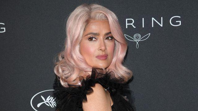 Salma Hayek ose porter les cheveux roses à Cannes