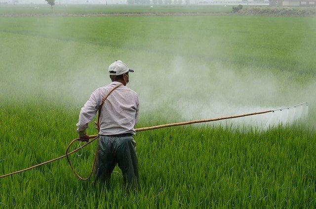Un agricoltore sparge pesticidi sui suoi campi