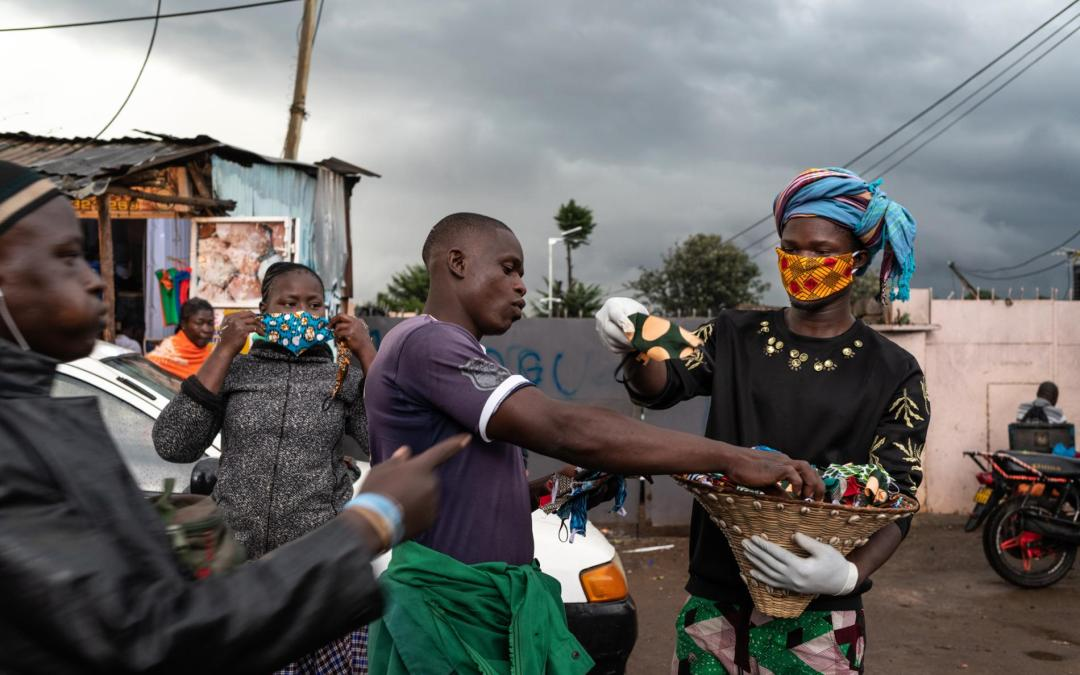 Africa, designer regala mascherine di tessuto nei villaggi