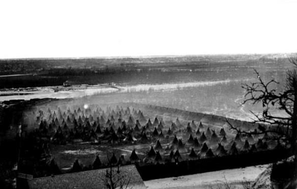 Campo de internamiento de Indios Dakota situado bajo el Fuerte Snelling. Isla de Pike en el río Minnesota. Fotografía: Benjamin Franklin Upton (1818-), Minnesota.