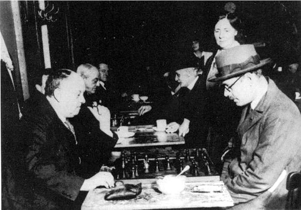 Fernando Pessoa jugando al ajedrez con uno de los últimos grandes ocultistas de la historia,Aleister Crowley. El copyright ha caducado.