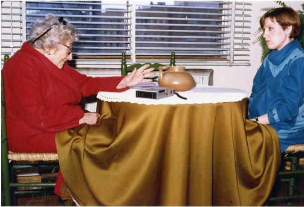 Una imagen de la entrevista que Florinda Salinas (Dcha.) realizó a Rosa Chacel (Izq.) en 1984 para la revista Telva.