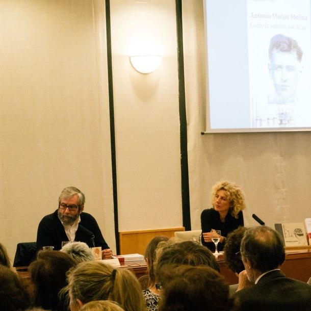 """Muñoz Molina, junto a Elena Ramírez, en la presentación del libro """"Como la sombra que se va"""". """"Residencia de estudiantes"""" de Madrid."""