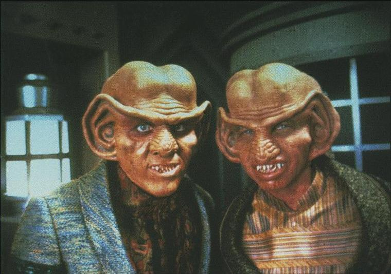 El que está a la izquierda de la imagen soy yo, Quark . El de la derecha es mi hermano pequeño, Rom, uno de los contados anti-nuestro-sistema Ferengi que, ¡inaudito!, defiende los derechos de los trabajadores y la igualdad entre sexos.