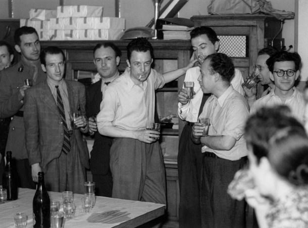 Albert Camus en la redacción del periódico
