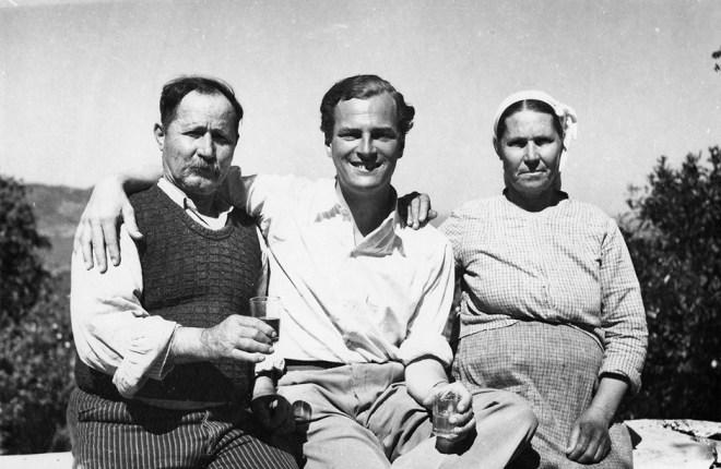 Patrick Leigh Fermor con Spiro y Maria Lazaros, propietarios de un molino de agua en Lemonodassos, Grecia, donde primero estuvo en el verano de 1935.
