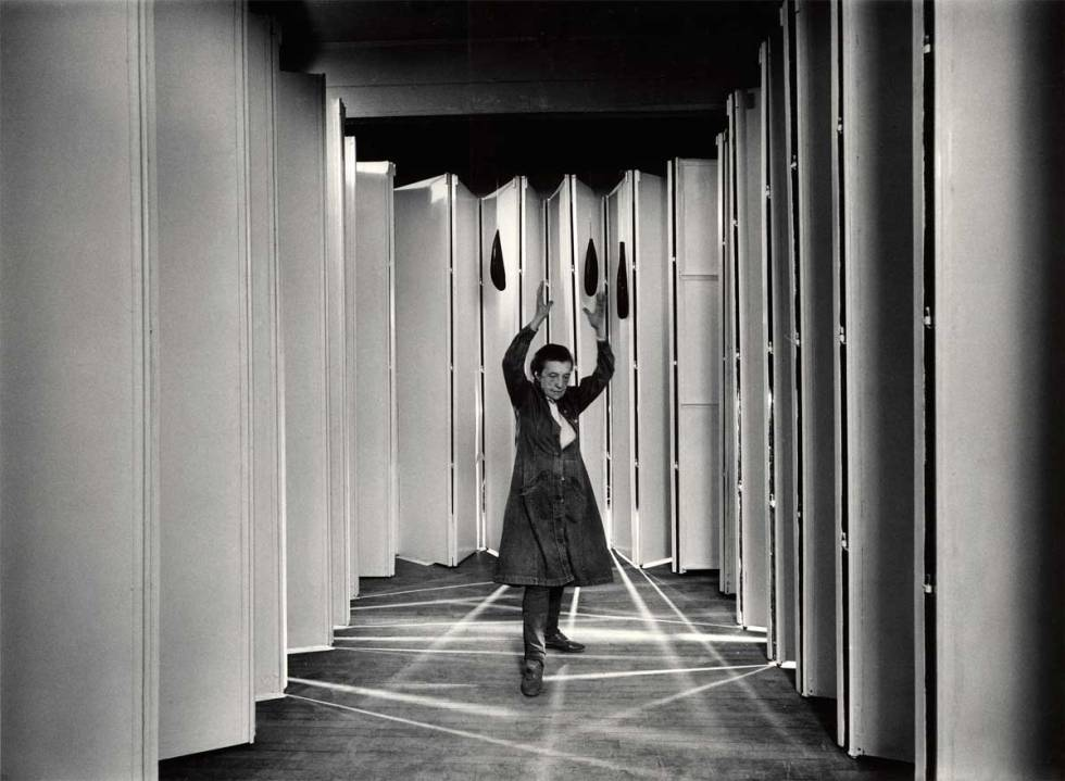 Louise Bourgeois dentro de Guarida Articulada (Articualted Lair) (Col.: MoMA, Nueva York) en 1986 Foto: © Peter Bellamy © The Easton Foundation