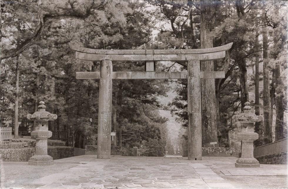 Torii, arco & puerta sintoísta generalmente cercana a los santuarios. Delimita la frontera entre lo profano y lo sagrado.Fotografía por Nacho Goberna © 2004