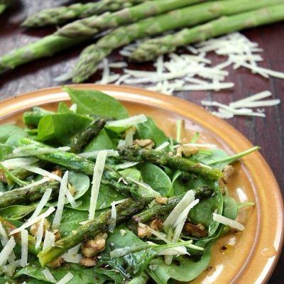 Salată de sparanghel cu spanac și parmezan