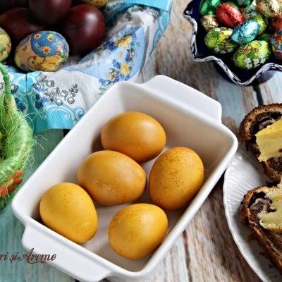 Ouă vopsite cu turmeric