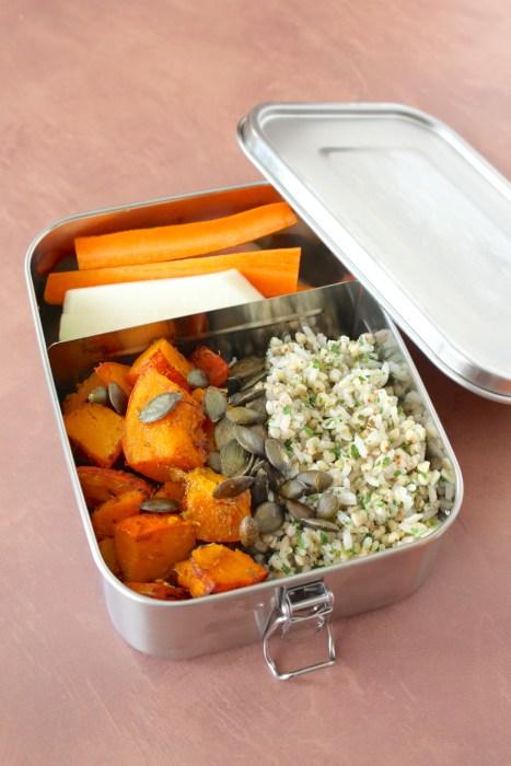 lunch box vegan automne riz et sarrasin, crudités, courge rôtie