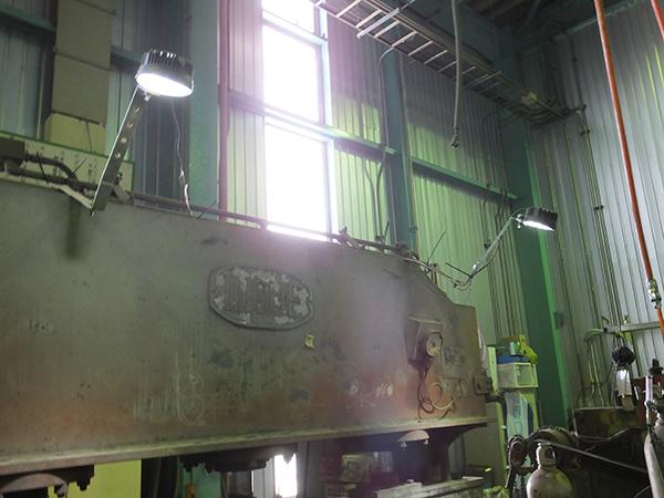 工場機械 作業灯点灯写真