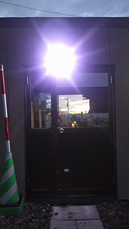 現場事務所・センサーライト点灯写真