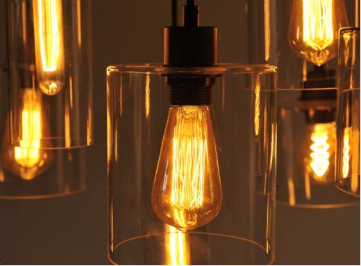 Loftowy trend - widoczne dekoracyjne źródło światła