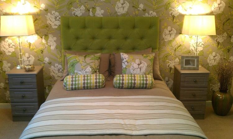 Nocne lampki LED przy łóżku idealnie sprawdzą się podczas wieczornego czytania