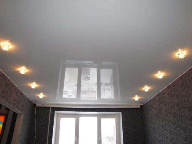 Кудрово, Европейский д. 18/2, Глянцевый белый потолок в двух комнатах, 18 светильников, стоимость 8700 рублей