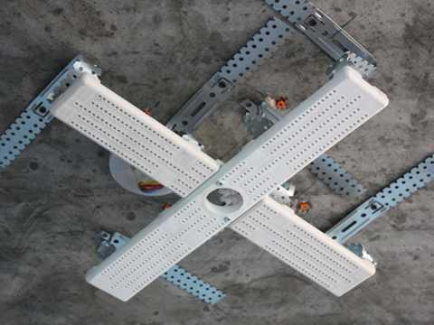 площадка для монтажа люстры на натяжной потолок