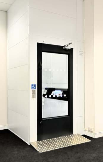 Lift showroom ECO large door closed