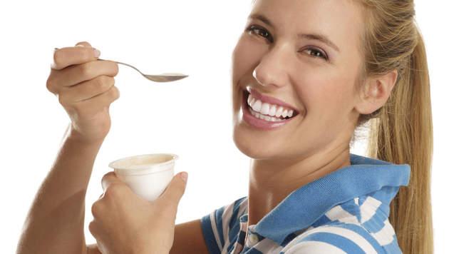 Dankzij zijn goede bacteriën verhoogt yoghurt je weerstand en beschermt je zo tegen verkoudheden en griep