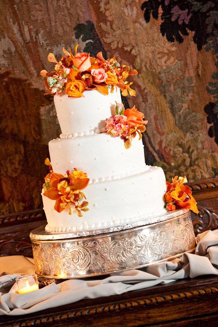 Tort cu tematica toamnei (flori: Lee Forrest Design, foto: Hughes Floretti Photography) ca idee de a-ti personaliza tortul de nunta