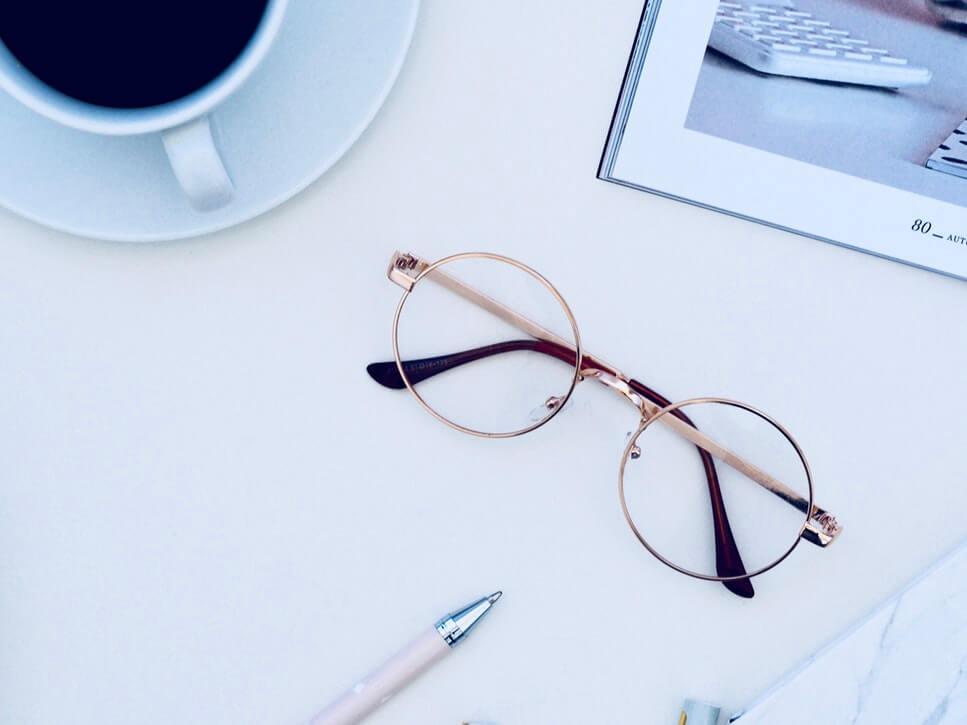 leesbril op tafel