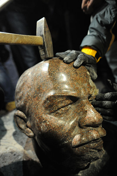 Protesters_are_about_to_hammer_down_the_head_of_the_overthrown_V.I._Lenin_monument._December_8,_2013