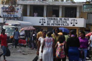 Pétion-Ville: Des riverains réclament la libération de Me Éno René Louis