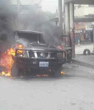 Haïti-Insécurité: Un véhicule de Service de l'État incendié à Port-au-Prince