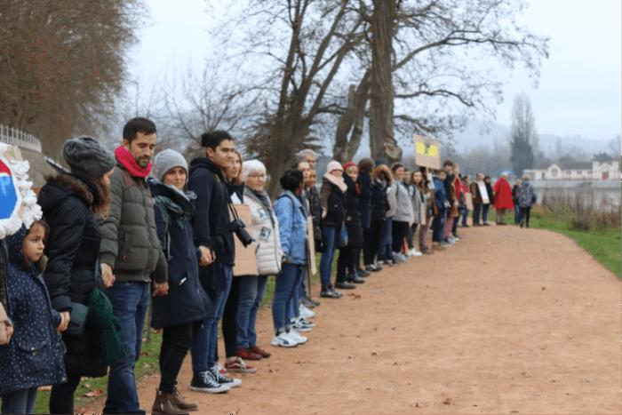 Jeunes et moins jeunes ont formé une chaîne humaine sur les berges de l'Allier. Photo : Anna Péron