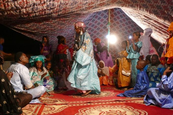 Célébration d'un mariage à Nouakchott On retrouve la culture de la tenue, de la couleur et du tissu même dans ces événements familiaux. Le 19 décembre 2019. Crédit : Lison Bourgeois. Retouche : Marie Solvignon.