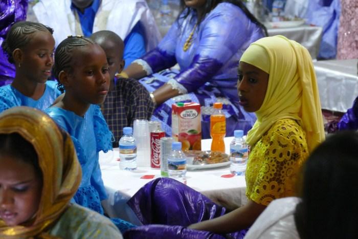 Jeunes femmes mauritaniennes lors d'une fête familiale en Mauritanie. Le 20 Décembre 2019 à Nouakchott. Crédit : Lison Bourgeois. Retouche : Marie Solvignon.