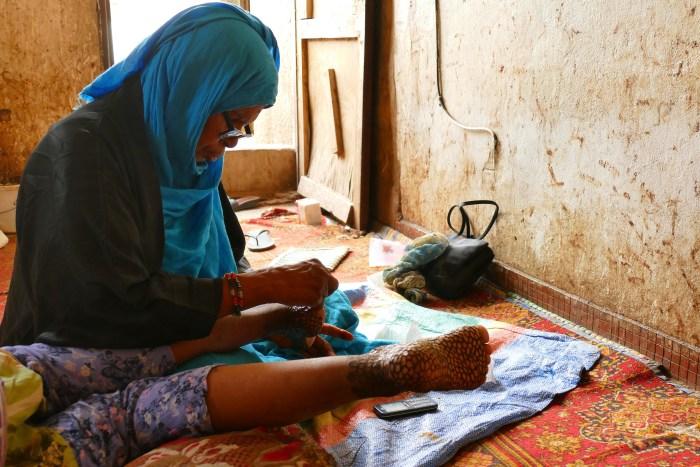 Les futures mariées mauritaniennes doivent passer plusieurs jours à se faire tatouer leur corps au henné. Le 6 Janvier 2020 à Nouakchott. Crédit : Lison Bourgeois. Retouche : Marie Solvignon.