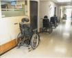 Couloir calme d'un EHPAD puisque les résidents sont confinés dans leur chambre. Image d'illustration libre de droit.