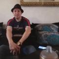 Dans son salon, Chakib El Ghaffari raconte son quotidien. Photo: Justin Escalier