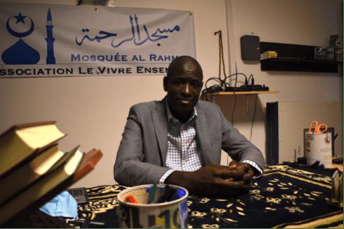 L'imam Aly Sy dans son bureau à la mosquée Al-Rahma, livre sa vision de l'islam. Photo: Sofiane Orus-Boudjema