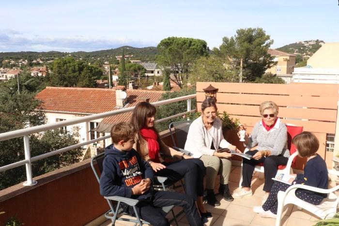 Dans la résidence Mistral aux Angles (Gard), Anne accueille sa famille pour une petite conversation sur la terrasse sous le signe de la rigolade et de la bonne humeur. Photo : Maxime Marin