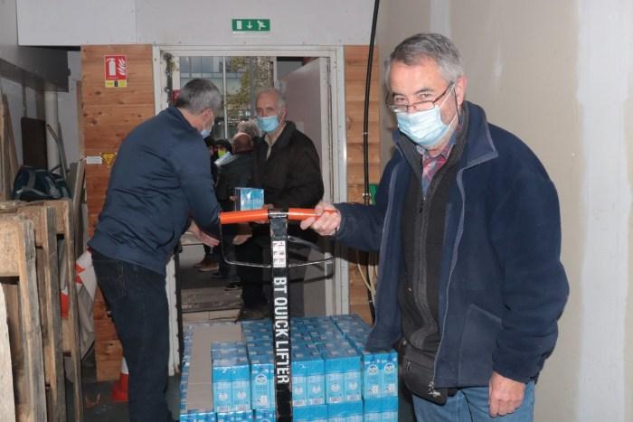 Bernard Villate est bénévole depuis cinq ans, il contrôle les cartes des familles venant à la distribution. Il raconte comment le Covid-19 a changé le système d'accueil. Photo : Clémence Gabory