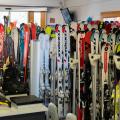 La fermeture des remontées mécaniques pénalise les magasins de ski ©2p2play / Shutterstock.com