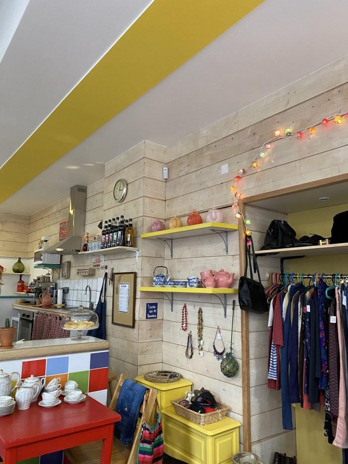 Des vêtements d'occasion mis à l'extérieur du magasin. Photo : Oman Al Yahyai