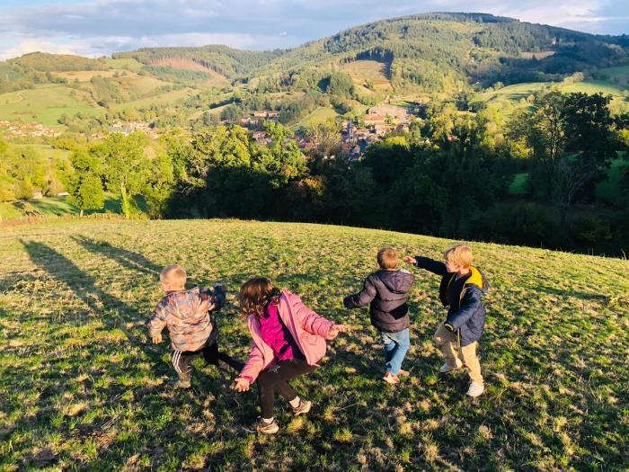 Le GAEC du Toine accueille des enfants chaque été dans sa ferme. Photo : Marion Bonifassi