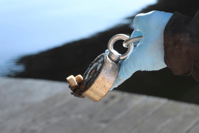 Patrick débute dans le milieu de la pêche à l'aimant mais ne manque pas de motivation et de matériel. Ce passionné possède trois aimants qui lui permettent de vider l'Allier de ses déchets. L'aimant ci-dessus est appelé un 500 bulldog. Si c'est son plus petit, il coûte quand même près de 100 euros dans un magasin spécialisé. Ce dernier est très efficace pour agripper des petits morceaux de ferraille comme un boulon par exemple. Pour son matériel, le pêcheur à l'aimant a besoin de gants, de chaussures de sécurité ainsi qu'un grappin pour sortir de grosses pièces de l'eau. Photo : Sara Jardinier