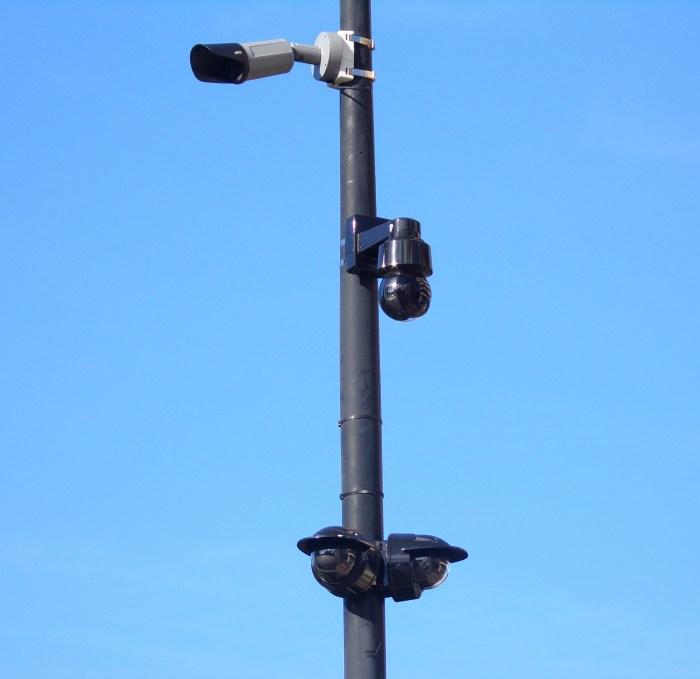 Quatre caméras ont été installées pour surveiller la place Charles de Gaulle à Vichy. Photo : Sibylle Beaunée