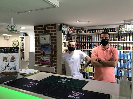 Baptiste et Mathieu, vendeurs au magasin Cigaverte à Vichy, conseillent chaque jour les consommateurs de cigarette électronique. Photo : Antoine Calvez